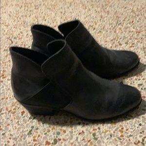 ME TOO Black booties